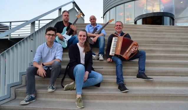 Multi-Music van links naar rechts: Dennis van Aarssen, Marcel Perik, Nicole Forée, Simon Dekker, Martin Boskamp. (Foto: PR)