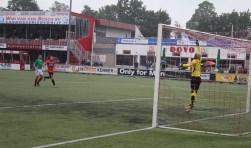 De DOVO-doelman kreeg in de eerste helft tegen Jong N.E.C. veel werk te doen. Hij keerde veel doelrijpe kansen voor de Nijmegenaren, maar moest eindelijk toch tot twee keer toe een bal uit het net halen. (Foto: Henk Jansen)