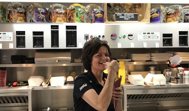Al meer dan 25 jaar helpt Monique van Druten klanten van de Smul Grill. Eerst als werknemer, sinds kort als enige eigenaar.