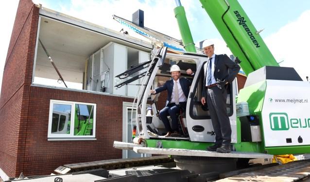Wethouder Walter Gerritsen (links) en directeur David van der Hulst voeren de officiële openingshandeling uit van het bouwproject aan de Trambaan in Lengel. (foto: Roel Kleinpenning)