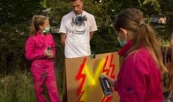 Na vakkundig uitleg van 'Urban Artis' Joep van Gassel nemen Mila en Sterre zelf de spuitbus ter hand om hun graffitikunstwerk te maken. Dat was een van de activiteiten van Zomerschool voor Jongeren, georganiseerd door Welzijn Vught. Foto: Lisette Broess-Croonen