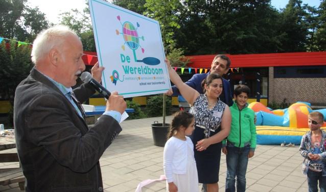 Directeur Paul Paalhaar en familie Aram onthullen de nieuwe naam 'De Wereldboom'