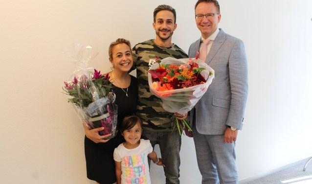 Redder Achraf en echtgenote Nathalie met dochtertje Rana in de bloemen gezet. (Foto: Lysette Verwegen)