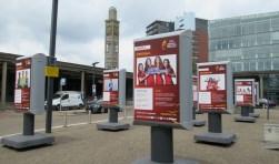 Op de kop van het Stationsplein staat een 'Meet the Teams'-expositie.