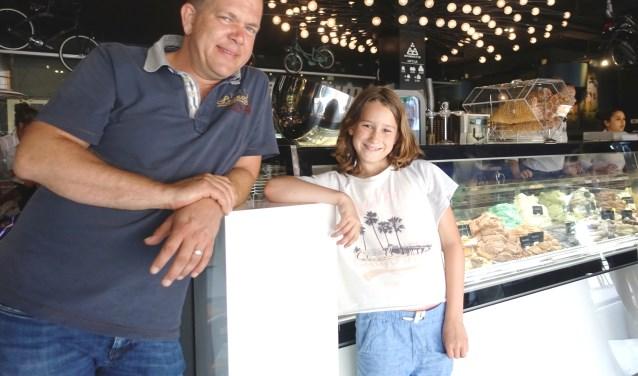 Erwin, eigenaar van ijssalon Bon Appetit, werkte graag mee aan de actie die Jasmijn samen met haar moeder bedacht. FOTO: Renée ter Berg