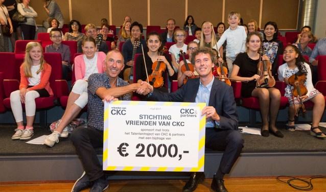 Joep Anegarn (CKC) krijgt de cheque uit handen van Marc de Rooij. Foto: PR/CKC
