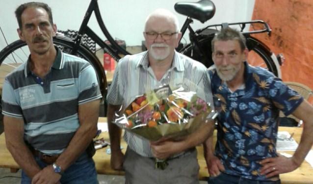 De hoofdprijs van de verloting - een fiets - werd uitgereikt aan de heer van Hierden.