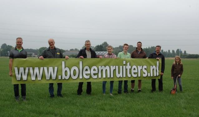 De bouwploeg van De Boleemruiters, met helemaal links Eddie Reulink, begon afgelopen weekend al met de opbouw van het nieuwe terrein in Oud-Dijk.
