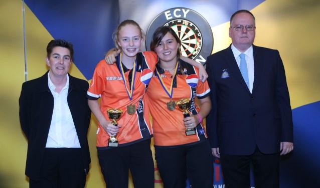 Layla Brussel (tweede van rechts) won met Lerena Rietbergen (links naast haar) Europees goud bij de koppels. Foto: Evert Zomer