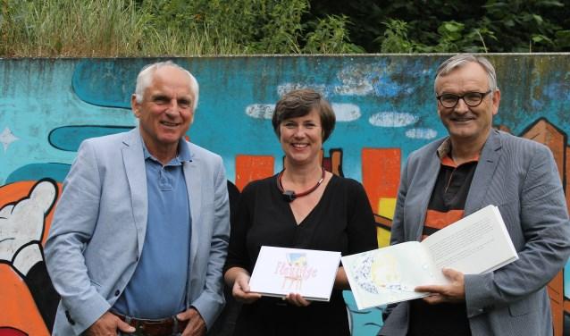 Hans de Beukelaer, Ellen te Winkel en Lodewijk van der Borg met het boek Fleurtje. Foto en tekst: Leo van der Linde