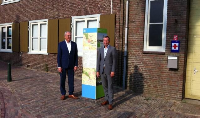 Bij de opening van een Toeristisch Overstappunt (TOP) in Rhenen. Links wethouder Jan Kleijn met Gerard van Santen van Gebiedscoöperatie O-gen.