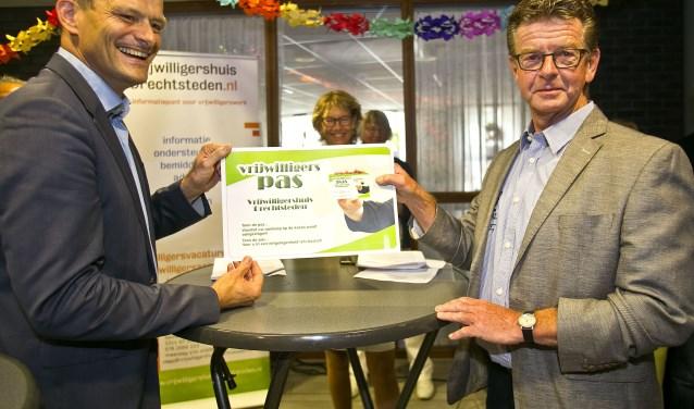 Wethouder Rik van der Linden (links) reikt de vernieuwde pas uit. (Foto: Jeroen Verbueken / Fotopersburo Busink)