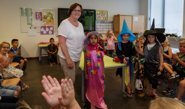 """""""Het mooie van kinderen is dat ze denken in oplossingen en mogelijkheden en niet in problemen"""", zegt leerkracht Jeanne van der Heijden. Na 31 jaar neemt ze deze week afscheid van 't Palet. FOTO: Yuri Floris Fotografie"""
