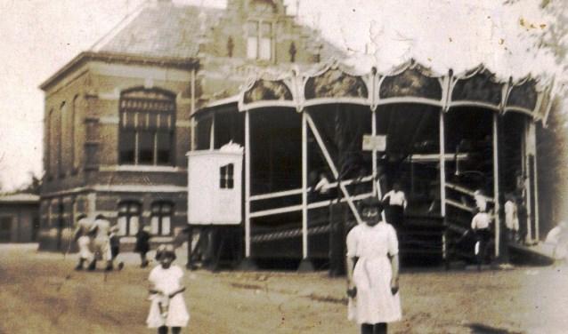 Deze foto is van vóór 1950 en is waarschijnlijk nog vóór de Tweede Wereldoorlog gemaakt. Je ziet 'de rups' voor het oude gemeentehuis staan. In het Driels Museum zijn nu kermisfoto's te bezichtigen uit het jaar 1989. De toegang is gratis.