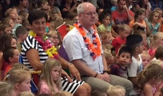 Meneer Kees werd maandag eens goed in het zonnetje gezet tijdens zijn afscheid op school.
