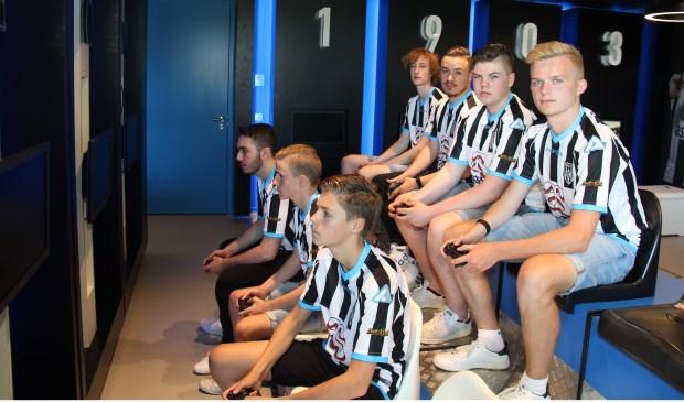 De E-spelers van Heracles Almelo met prof Brian Hessing op de tweede rij 2e van links