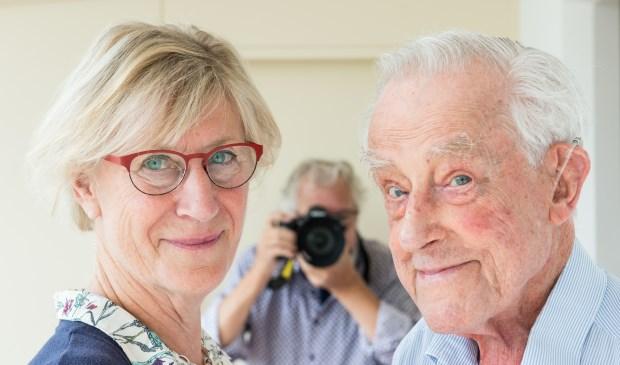 AFV Epe bestaat 60 jaar. Het oudst zittende lid (de 98-jarige Hans Volker, rechts) en de onlangs aangetreden Wytske Mooy (links) vertellen honderduit over hun fotografiepassie. Wim Geerts (midden) is aanwezig om uitleg te geven over de jubileumexpo. Foto: Dennis Dekker
