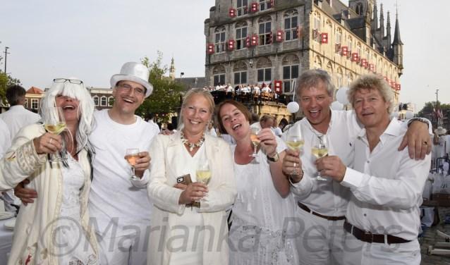 Voor Mathijs Pelsma (2e l.) voelde Diner en Blanc in Gouda een beetje als thuiskomen.