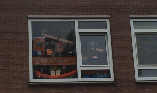 Op fietse in de Paulus Potterstraat ontwaar ik op de eerste verdieping van een flat een Oranje versierd raam.