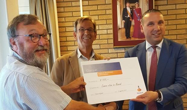 Huis van de Wijk kreeg van de Rabobank een cheque ter waarde van 500 euro voor Samen eten in Noord.