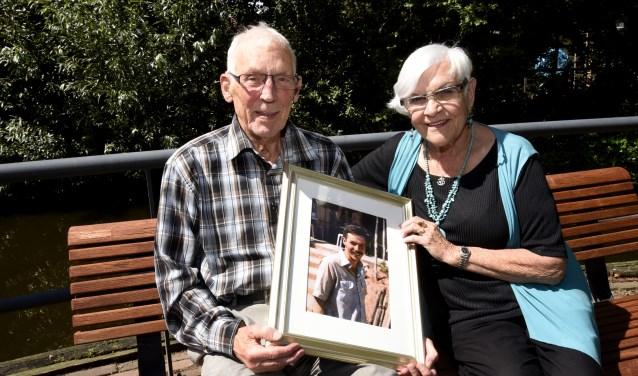 Ben en Pat Schaareman met één  van de laatste foto's van zoon Mark. Foto: Marianka Peters