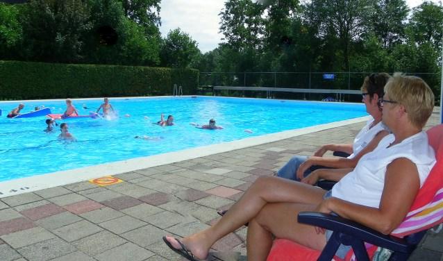 Roken bij het zwembad, mag dat? Ja, vinden ze bij De Hazelaar (foto) en bij het Prins Willem Alexanderbad. Nee, vinden ze bij De Fuut. Ook bij De Hoorn willen ze van het roken af.