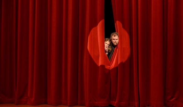 Ingrid Janshen-Artz (links) en Geurt Franzen zijn druk bezig met het theaterstuk. (Foto: Patrick Bongartz Fotografie)
