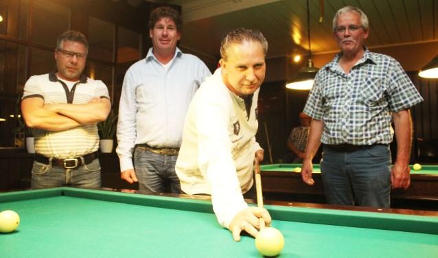 Hans Pieneman, met keu, omringd door, (vlnr)Ronny Hazewinkel en Gerrit Wittenberg en Jan Vreeman.