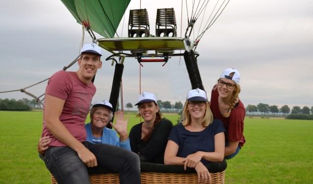 De 90-jarige Toos Marcelis uit Elst is door haar kleinkinderen getrakteerd op een luchtballonvaart.