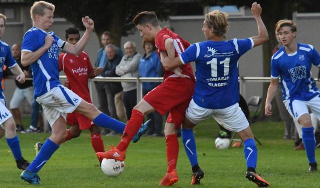 Invaller Lucas van den Heuvel schermt de bal af. (Foto: Anja van der Laan)