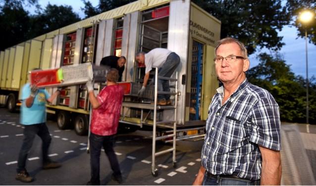 Vrijdagavond om 21:30 uur op de parking van duivenvereniging CPL Silvolde: vrijwilligers laden de korven in. Rechts Toon Roes uit Ulft, coördinator regio 9 Oost Nederland van het duivenvervoer. (foto: Roel Kleinpenning)