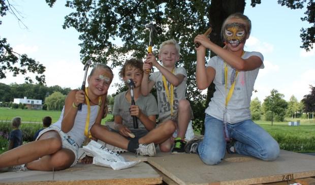 Dit groepje was al vergevorderd met hun hut en dat wilden ze weten ook! (Alle foto's: Martin Brink/Rijnpost)