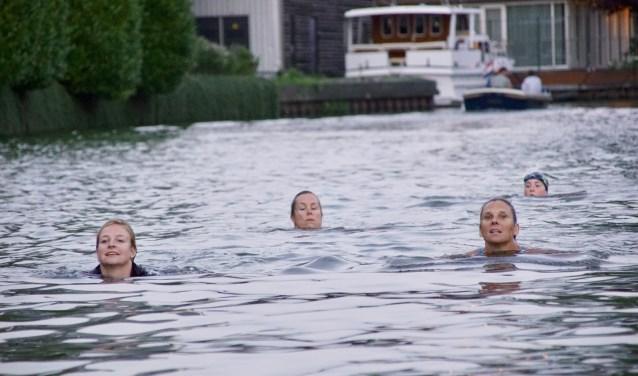 Trainende zwemmers in de Hollandse IJssel. (Foto: Bob Dankbaar)
