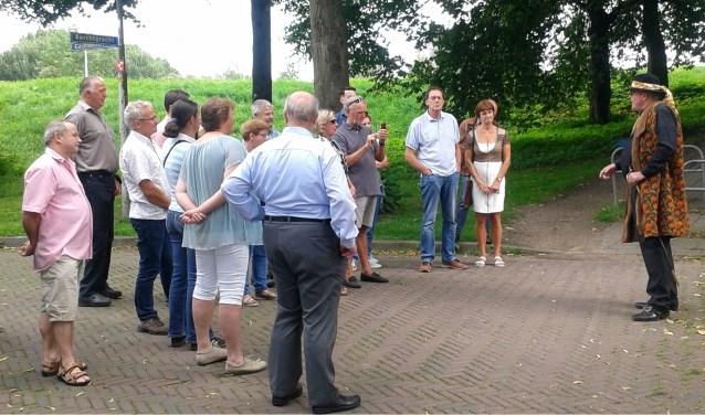 Burgemeester Arndt van Will vertelt over 17e eeuws Huissen.