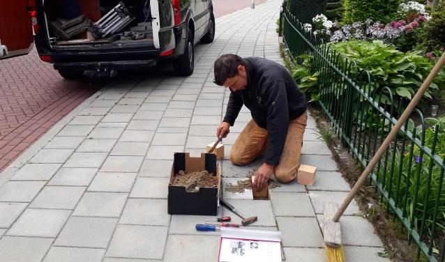Rijk van Oort helpt graag mee met de voorbereidingen voor de legging van de eerste Stolperstenen in Bennekom deze week.