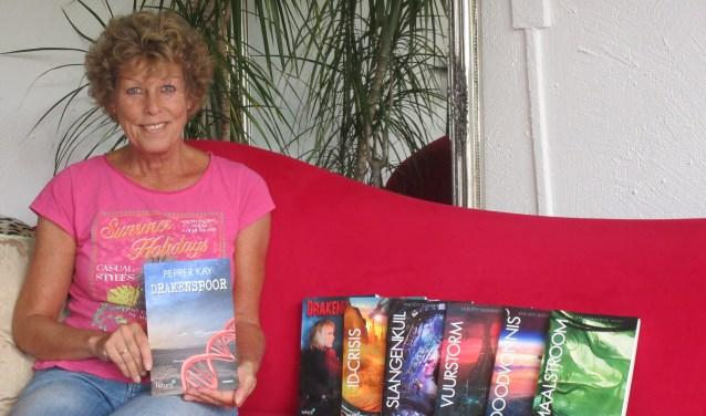 Pepper Kay is de schrijversnaam van Liesbeth Korsman. Inmiddels is haar zevende boek uit: Drakenspoor. Zaterdag 19 augustus signeert ze haar boeken bij Cigo in winkelcentrum Zwanenkamp. Foto: Ria van Vredendaal