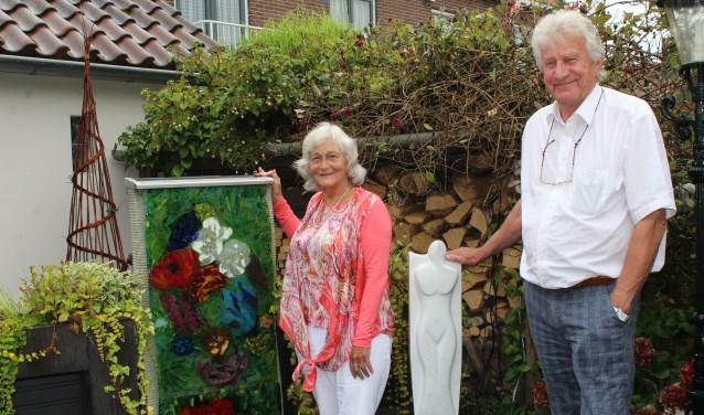 Helen en Dick Stuart vertalen hun gevoel en inspiratie in glas, keramiek en beeldhouwkunst. Zij zijn twee van de meer dan 40 deelnemers aan de 12e Atelierroute Lopikerwaard.  (Foto: Lysette Verwegen)