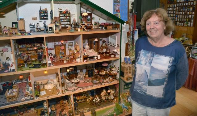 Plonie Berends is trots op het immense poppenhuis in haar woning aan de Mastwijkerdijk. Volledig gestoffeerd, gemeubileerd en voorzien van verlichting. Eigenijk is het nooit af... (Foto: Paul van den Dungen)