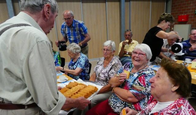 Zoals gewoonlijk wordt er door de vrijwilligers van de Zonnebloem geregeld rondgegaan met koffie, drankjes en een hapje.