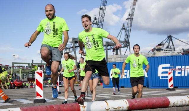 Deelnemers aan de Harbour Run, een loop met obstakels door de Rotterdamse haven.