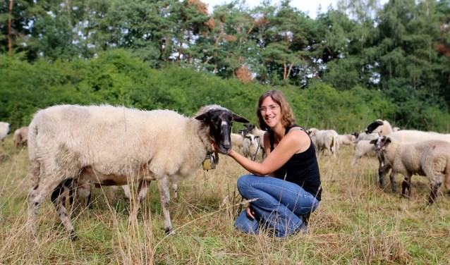 """Manon bij de belhamel van de kudde.  """"Voor de 'Buitenslaper' maak ik gebruik van de belangrijkste kwaliteiten van wol; warmte vasthouden en vochtregulatie."""""""