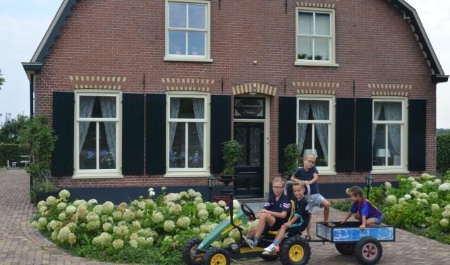 De kinderen kunnen in de voortuin lekker scheuren met hun fietsjes. Er staan ook grote speeltoestellen die ook door hun schoolvriendjes erg worden gewaardeerd. Vanuit de achtertuin kun je kanoën op de Krommer Rijn. FOTO: Ben Blom