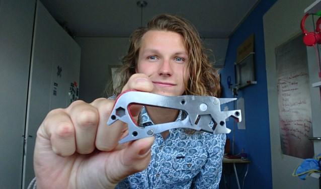 Olivier Gossink met de TuffTool. Het veelzijdige stuk gereedschap moet door middel van crowdfunding op de markt worden gebracht.