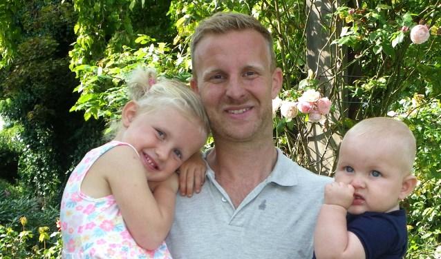 Bob Hoogerdijk, hier met dochter Fenne en zoontje Mees, geniet van zijn gezin en van zijn werk. FOTO: Morvenna Goudkade