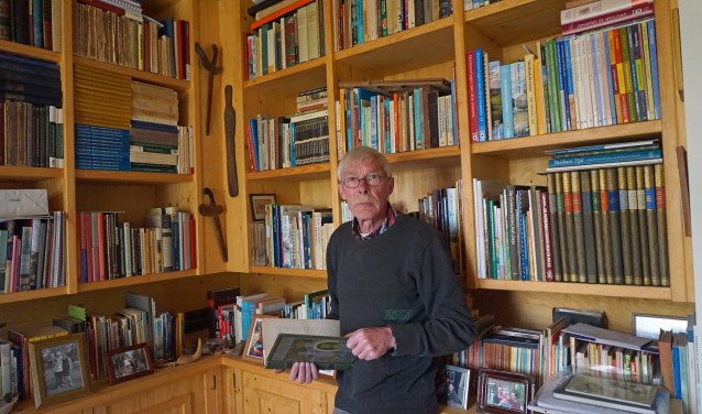 Kobus van Ingen in zijn werkkamer. Hij is mede-bedenker van straatnamen in de gemeente Neder-Betuwe. (Foto: Jan Woldberg)
