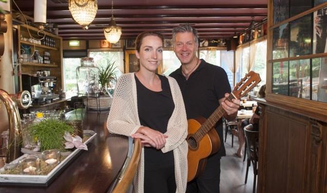 """Partners en uitbaters Denise van der Windt en Jaap Lamfers  in hun grand café Zuijdt aan de Ministerlaan. """"Wij willen met ons grand café een functie vervullen, waarbij we de sociale samenhang in de wijk stimuleren. Een ontmoetingsplek, waar iedereen zich thuis voelt, van jong tot oud."""""""