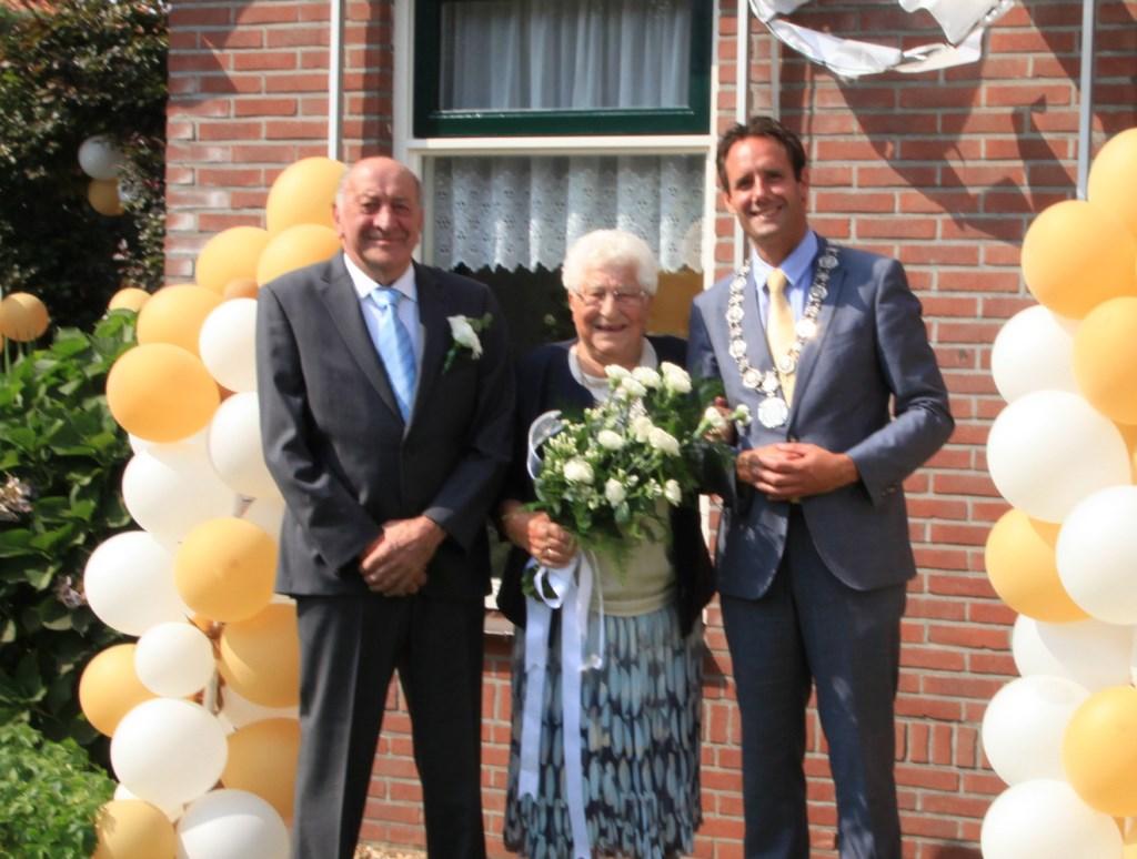 Henk en Gerrie Vrijhof werden thuis opgezocht door burgemeester van Schaik.