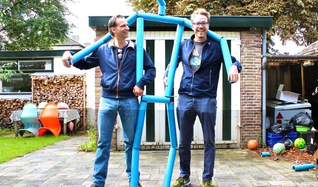 Mark van den Ham (links) en Frank Rigters (rechts) met een onderdeel van de installatie op de kunstmarkt in De Bilt.