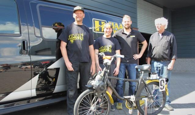 Roger, Mike, Jurgen en 'vader' Arie gaan Hard den Hoek om tijdens het 24-uurs Solexrace Festival. Op de foto ontbreekt monteur Twan Snoek. Foto: Wendy van Lijssel