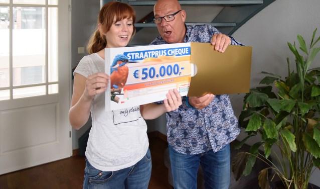 Linda uit Dinxperlo wordt verrast door Postcode Loterij-ambassadeur Gaston Starreveld met de PostcodeStraatprijs-cheque. (foto: Roy Beusker Fotografie)